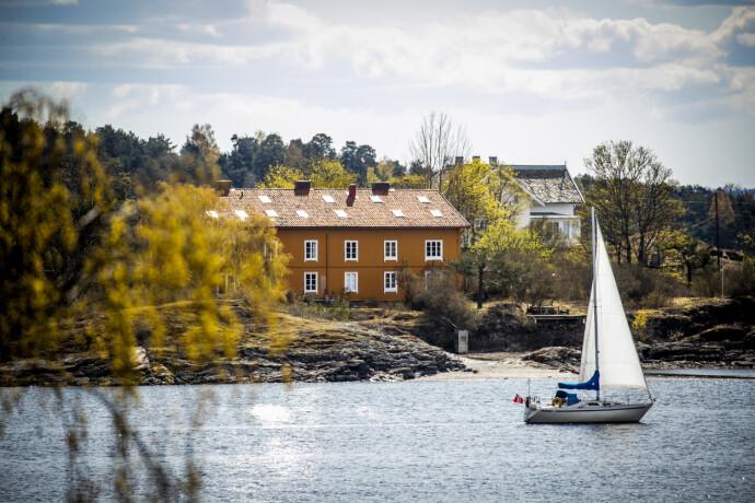 VINKER FARVEL: Kvam-ekteparet ønsker å selge sin andelsleilighet i dette bygget på Heggholmen. Her sett fra Lindøya. Foto: Bjørn Langsem / Dagbladet