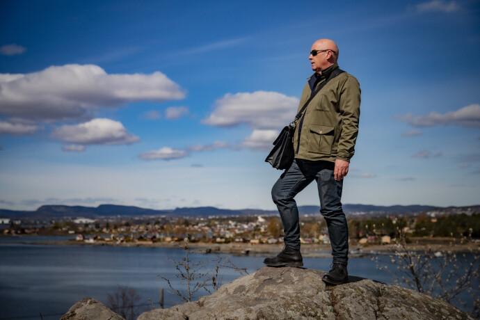 I FØRSTEREKKE: Hyttemegler Marius Berger på toppen av Heggholmen ved Gressholmen. Lindøya og Oslo i bakgrunnen. Foto: Bjørn Langsem / Dagbladet