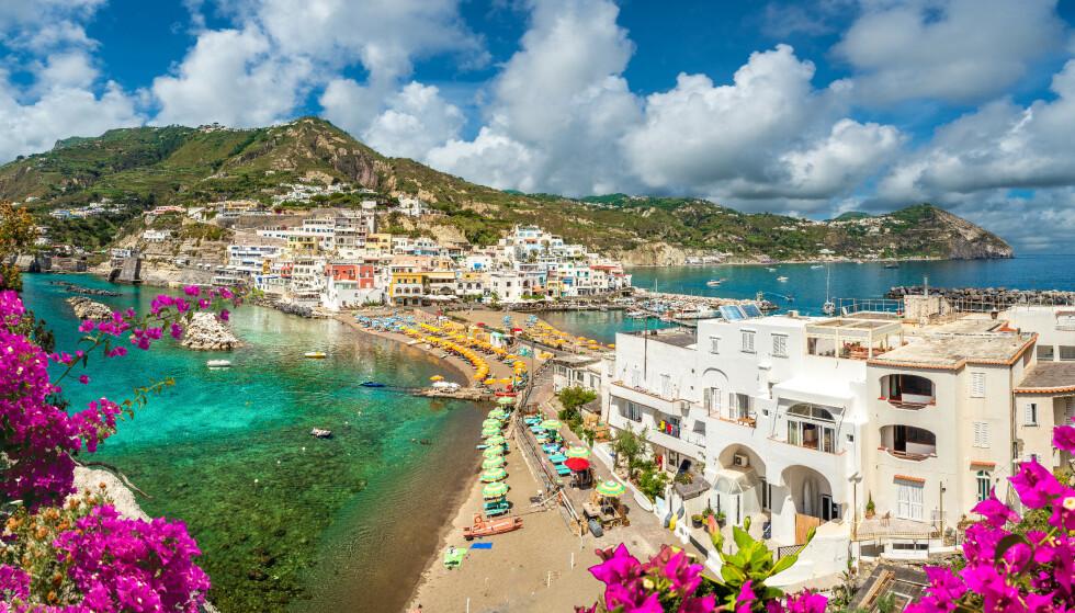 CORONA-FRITT? Den italienske øya Ischia i Italia har signert en avtale om et båtlass med vaksiner, og håper dermed å kunne ha oppnådd flokkimmunitet før sommersesongen starter. Foto: Shutterstock / NTB