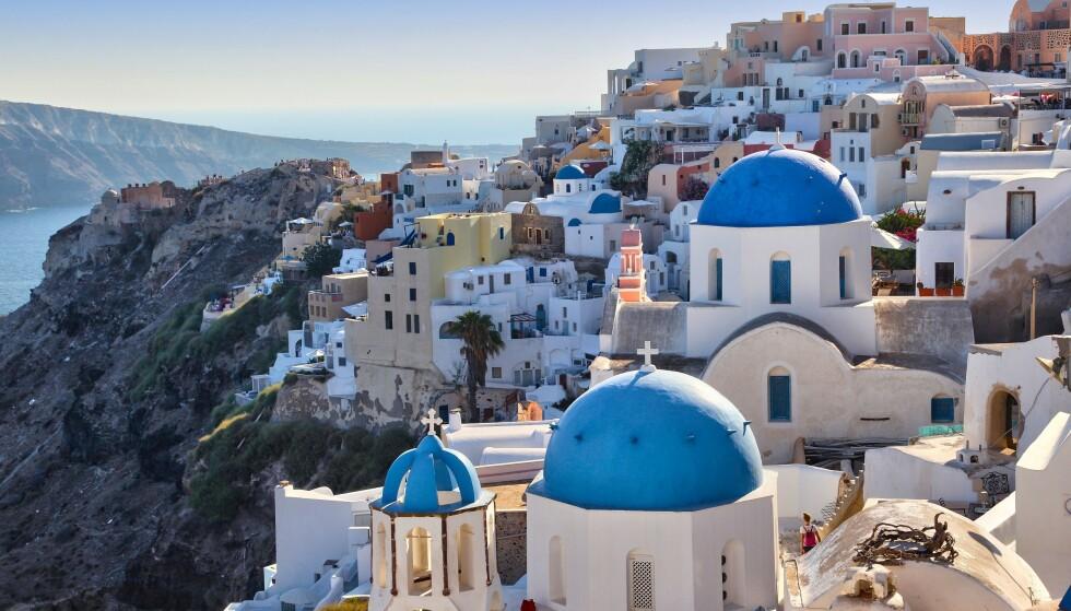 ÅPNER: Hellas har åpnet opp for fullvaksinerte EU-borgere, samt et fåtall andre land. Her fra turistmagneten Santorini. Foto: Creative Touch Imaging Ltd / NurPhoto / Shutterstock / NTB