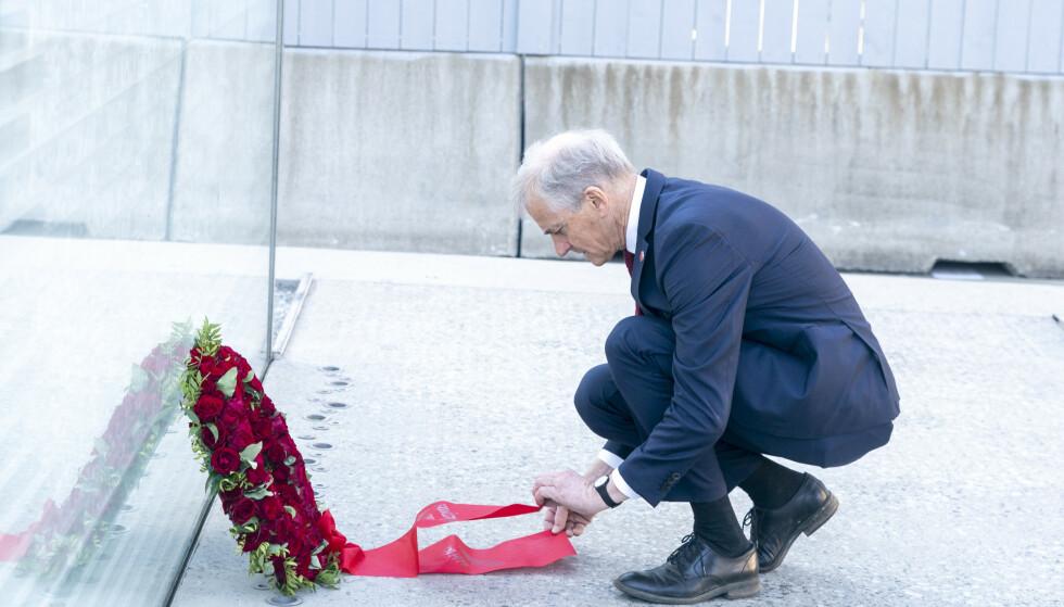 LA NED KRANS: Jonas Gahr Støre begynte dagen med å legge ned krans ved 22. juli-minnesmerket i Regjeringskvartalet. Foto: Terje Pedersen / NTB