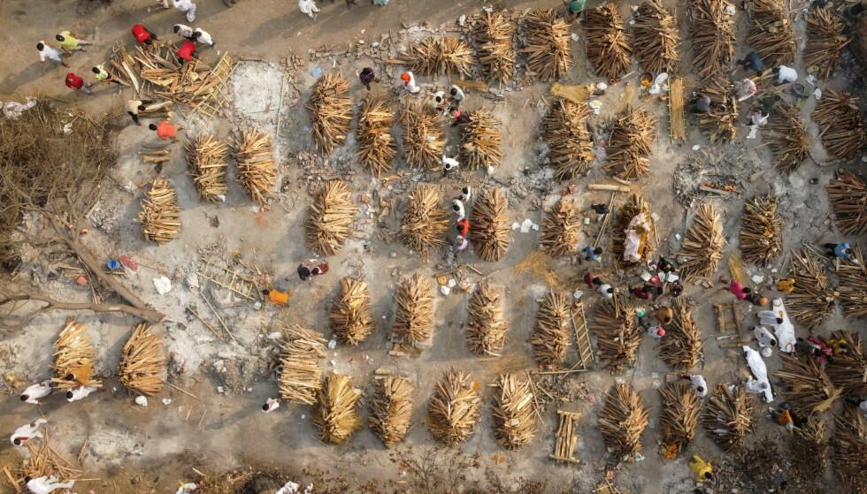 DØDSREKORDER: India setter stadig nye dødsrekorder. Her forberedes kremering av coronadøde i New Dehli tidligere denne uka. Foto: Danish Siddiqui / Reuters / NTB