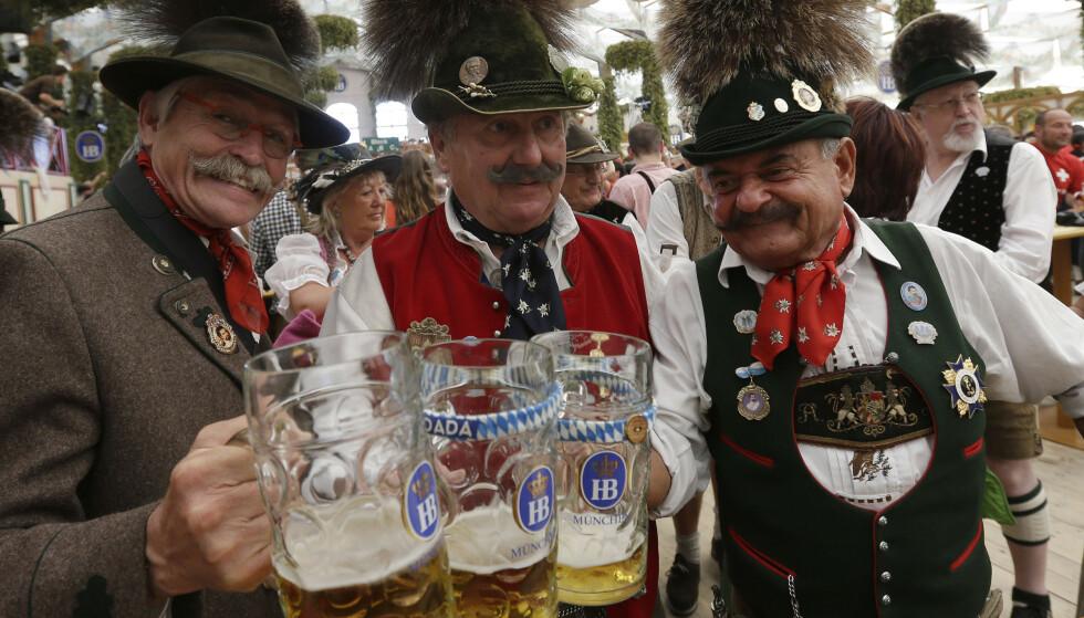 SKÅL: Tre glade gutter i tradisjonell bekledning på Oktoberfest 2012. Foto: Matthias Schrader / AP Photo / NTB