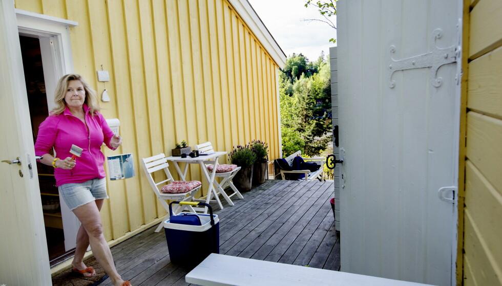 OPPUSSINGSPLANER: Elisabeth Andreassen ønsker å fornye bebyggelse ved hytta si i Oslofjorden. Her avbildet på hytta i 2017. Foto: Anita Arntzen / Dagbladet