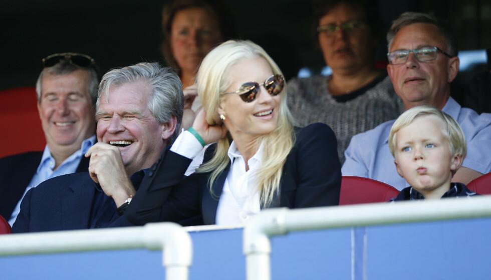 FOTBALL-INTERESSERT: Tor Olav Trøim er kjent som fotballklubben Vålerengas rike onkel. Her er han avbildet sammen med partner Celina Midelfart kamp i 2016. Foto: Terje Pedersen / NTB