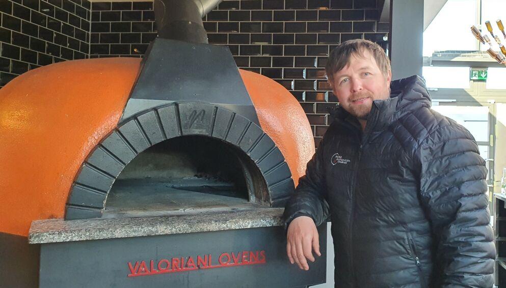 KRITISK: Reiselivsgründer Vegard Berge Uglebakken har sikret seg en toppmodell av en vedfyrt pizzaovn. Men kokken som skal styre showet er ikke like enkel å få på plass. Dermed er 20 andre arbeidsplasser satt på vent. Foto: Privat