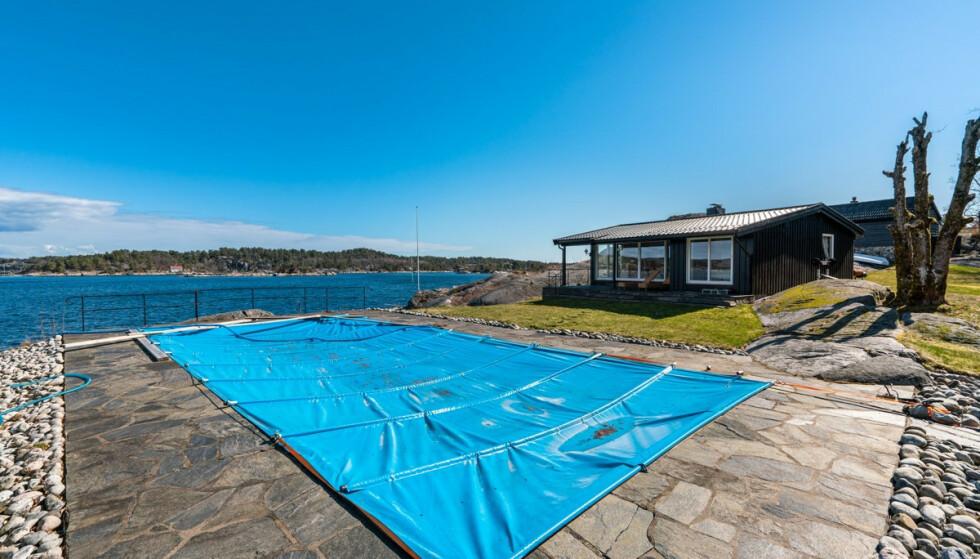 BER OM 20 MILL.: Eiendommen, som er lagt ut på tvangssalg, har både badebasseng, sandstrand og brygge. Foto: Sondre Transeth