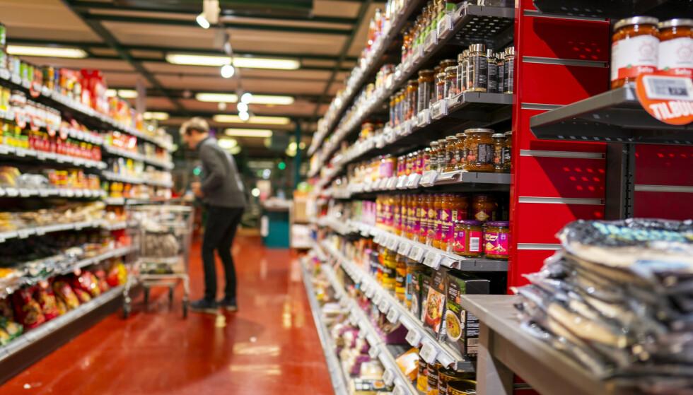 LABER OPPGANG: Fallet i matvareprisene bidrar til en redusert oppgang av konsumprisindeksen både den siste måneden og de siste tolv månedene, viser tall fra Statistisk sentralbyrå (SSB). Illustrasjonsfoto: Heiko Junge / NTB