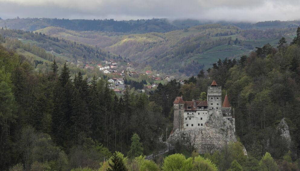 VAMPYR-SLOTT: Slottet Bran i Romania inspirerte historien om Dracula. Nå er det vaksinesenter. Foto: Inquam / Octav Ganea / Reuters / NTB