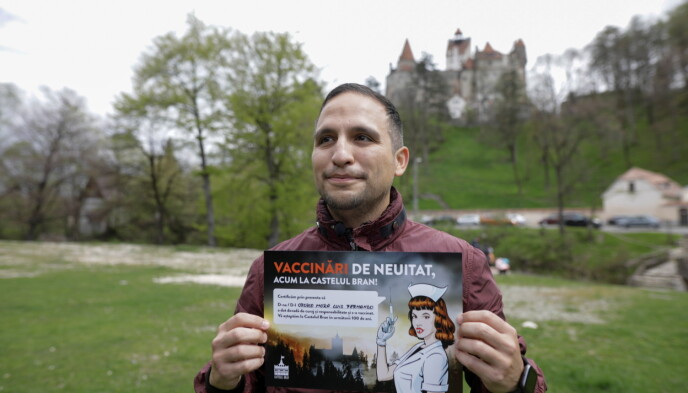FORNØYD: Fernando Orozco har fått både første vaksinedose og diplom etter besøket på slottet. Foto: Inquam / George Calin / Reuters / NTB
