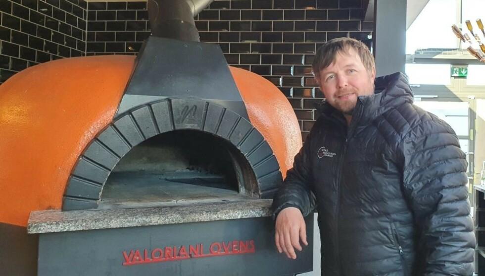 FIKK NEI: Reiselivsgründer Vegard Berge Uglebakken har sikret seg en toppmodell av en vedfyrt pizzaovn. Men kokken som skal styre showet er ikke like enkel å få på plass. Dermed er 20 andre arbeidsplasser satt på vent. Foto: Privat