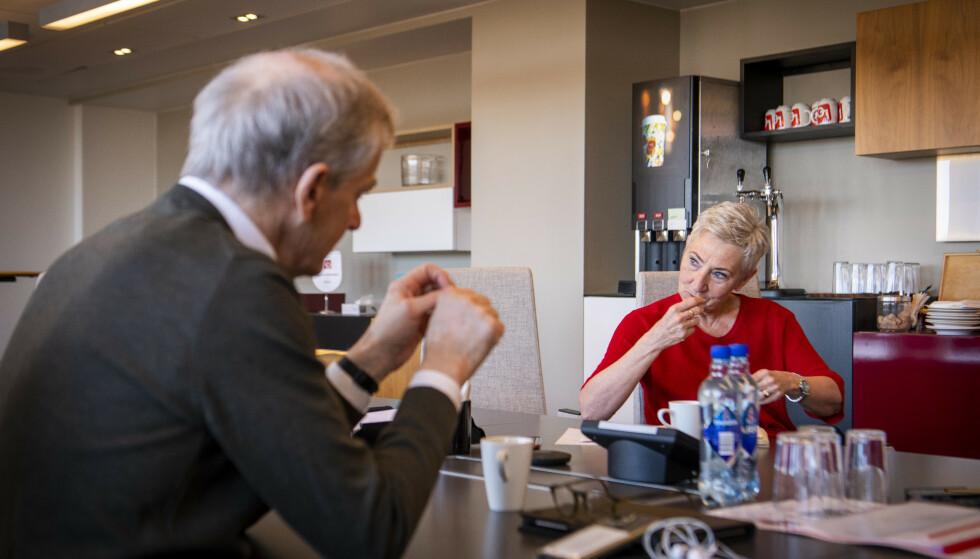 UTÅLMODIG: LO-leder Peggy Hessen Følsvik, her i samtale med Ap-leder Jonas Gahr Støre, krever at regjeringen får på plass en kompensasjonsordning for luftfarten. Foto: Lars Eivind Bones / Dagbladet