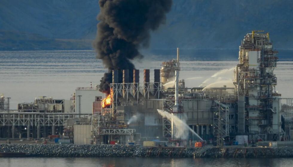 STORBRANN: I fjor høst begynte det å brenne i Equinors produksjonsanlegg på Melkøya utenfor Hammerfest. Foto: Bjarne Halvorsen / NTB