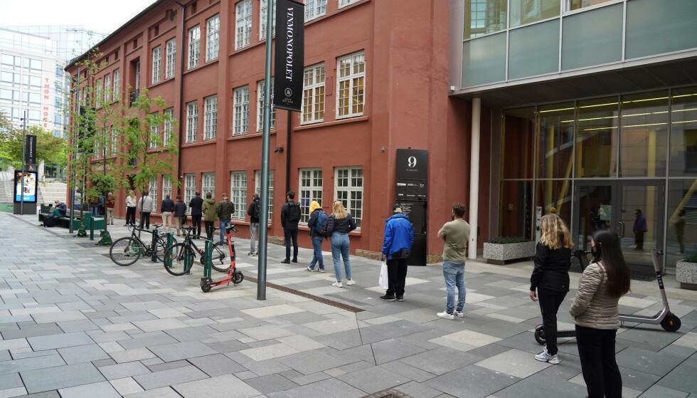 AKER BRYGGE: Lang kø utenfor utsalget til Vinmonopolet på Aker brygge. Foto: Ole Berg-Rusten / NTB