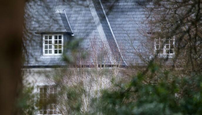FUNNET DØD: Putin-kritikeren Boris Berezovskij ble funnet med ei løkke rundt halsen 23. mars 2013 i sitt hjem i Titness Park, i Birkshire, Storbritannia. Eksperter kan imidlertid ikke utelukke at det har skjedd noe kriminelt. Foto: Leon Neal / AFP / NTB