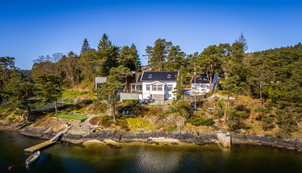 IDYLL: Eiendommen rett utenfor Bergen kan skilte med 50 meter strandlinje, egen brygge og puttegreen. Foto: Privatmegleren / Wilhelmsen