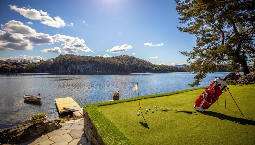 GOLF: Den nye eieren kan perfeksjonere golfferdighetene på sin egen puttegreen. Foto: Privatmegleren / Wilhelmsen