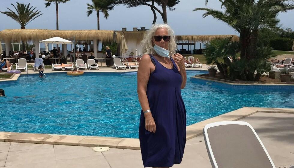 CHARTERTURIST: Danske Lis Frandsen tok med seg hele familien til Mallorca for å feire 70-års dagen sin. Når hun kommer hjem, slipper hun karantene. Det er kun èn ting som setter en demper på ferietilværelsen. Foto: Privat.