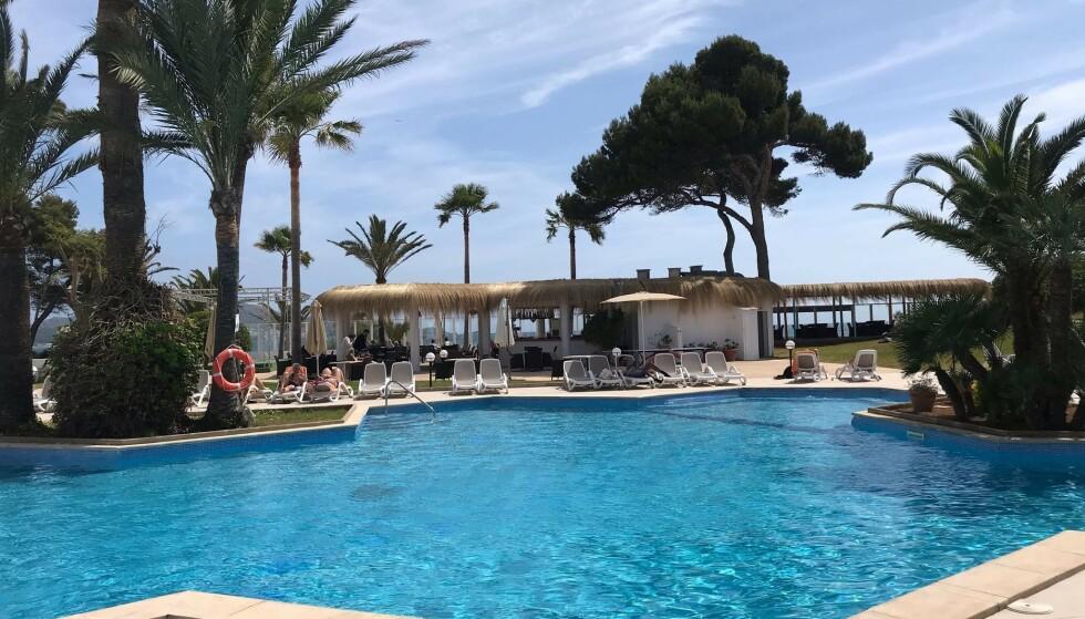 KARANTENEFRITT: De første, danske charterturistene har nå landet på Mallorca. Når de kommer hjem, slipper de innreisekarantene. Lis Frandsen bor på et hotel med familien sin i feriebyen Alcudia. Foto: Privat.