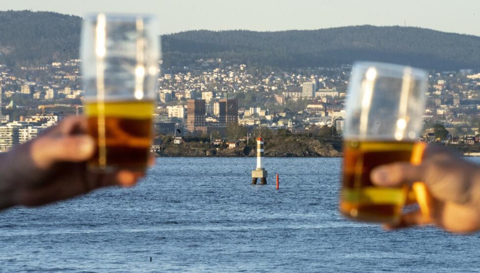 - FORTSATT SKÅL: Ordføreren i Frogn vil ikke blokkere ølkranene og stoppe en skål mot Oslofjorden etter 17. mai-smitten i Drøbak. Illustrasjonsfoto: Heiko Junge, NTB.