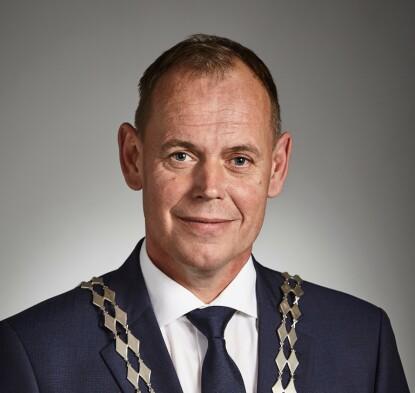 - SERVERING FORTSETTER: ordfører Hans Kristian Raanaas (Sp). Foto: Frogn kommune.