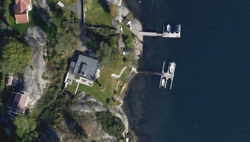 SJØLUKSUS: Statsforvalteren i Agder har satt ned foten og bestemt at søknadene om dispensasjon på denne eiendommen avslås. Det kan få store konsekvenser for eieren. Foto: Google Earth