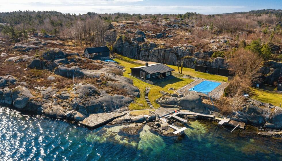 GÅR MOT TVANGSSALG: Denne fritidseiendommen i Blindleia på Sørlandet ble lagt ut for tvangssalg i mai til 20 millioner kroner. Nå kan det gå for 19 millioner, dersom budet aksepteres. Foto: Sondre Transeth