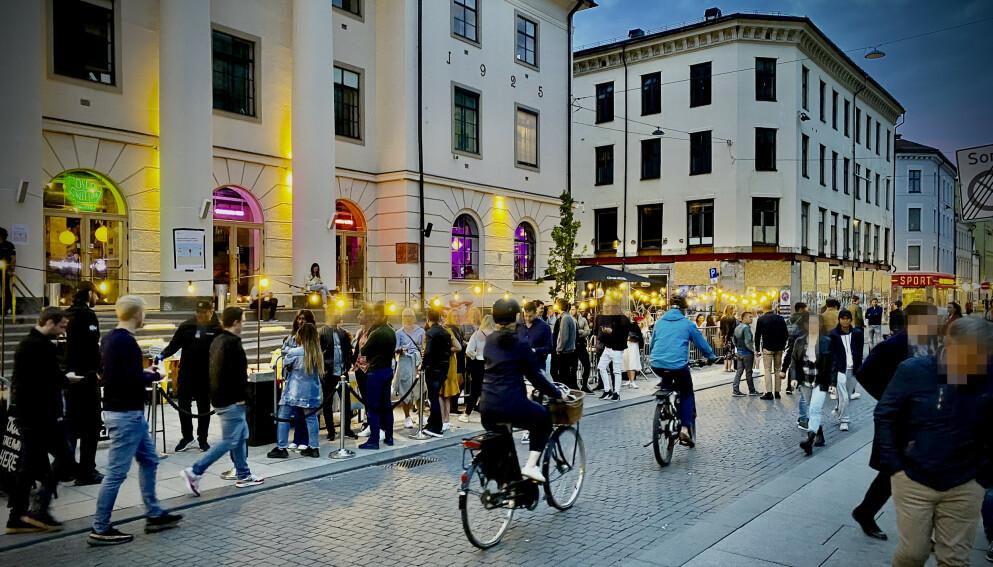 - FESTEN FORTSETTER ETTER 22: Onsdag kan Oslo-borgere igjen drikke utepils. Utelivsaktør retter imidlertid skarp kritikk mot politikerne. Foto: Lars Eivind Bones / Dagbladet