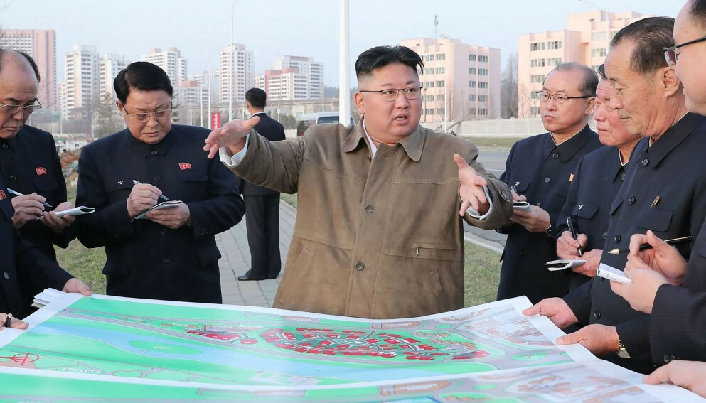 SATSER STORT: Nord-Koreas leder, Kim Jong-un, har store planer for å få landets økonomi på beina igjen. Foto: KCNA / Reuters / NTB