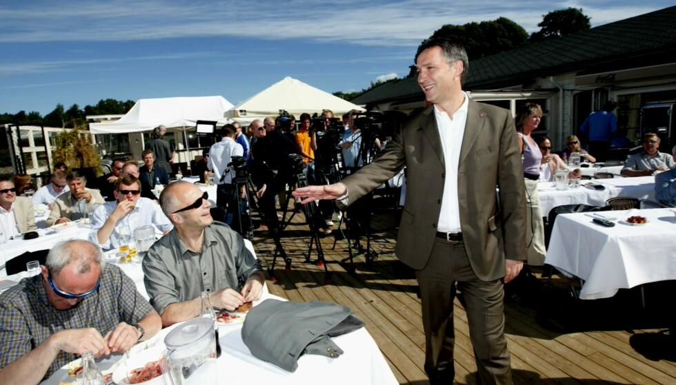 STATSMINISTER-BESØK: Daværende statsminister Jens Stoltenberg inviterte til oppsummerende pressekonferanse før sommerferien på Hukodden Strandrestaurant i 2010. Foto: Heiko Junge / NTB