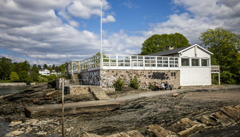 HERJET BYGG: Hukodden står på Byantikvarens gule liste over verneverdige bygg. På 1950-tallet ble bygget omgjort til strandrestaurant og har fungert som dette - fram til 2019. Foto: Jørn H. Moen / Dagbladet