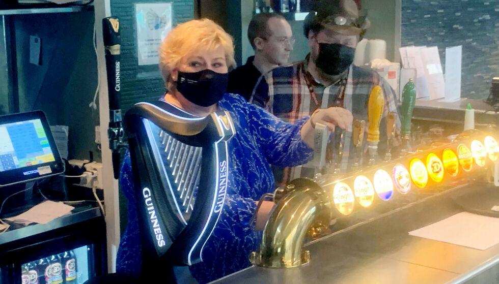 EN KALD FEMMER: Erna Solberg tapper ei øl på puben som Trygve Slagsvold Vedum hun aldri burde besøkt med pressen på slep. Foto: Dagbladet