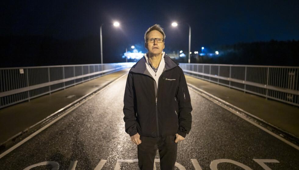 SAVN: Strømstads ordfører Kent Hansson, her avbildet på grensestreken mellom Norge og Sverige, savner norske turister. Foto: Foto: Heiko Junge / NTB