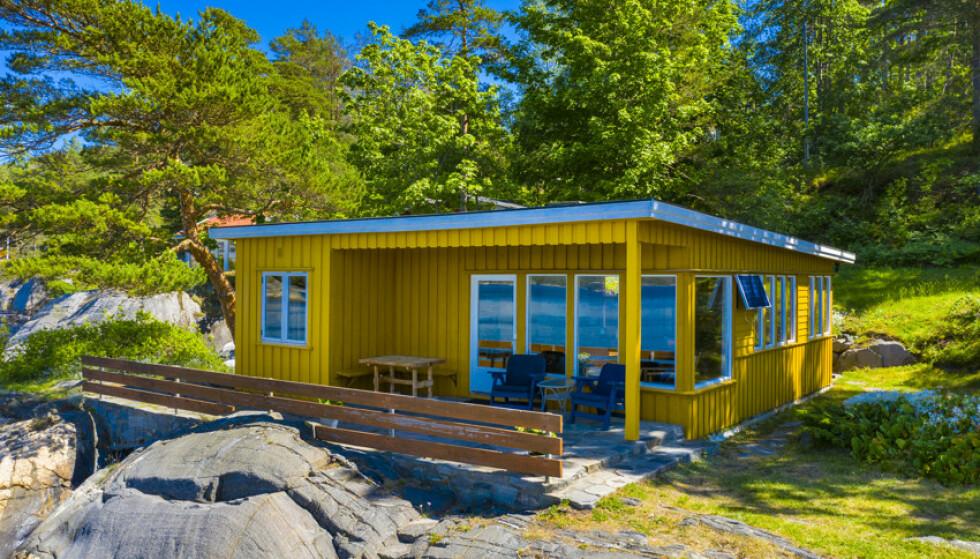 BRENNHET BUDRUNDE: Ifølge eiendomsmekleren ble det hard kamp om denne hytta - uten innlagt vann og avløp - i Kragerø. Foto: Kay Myrstrand / Fokus Foto