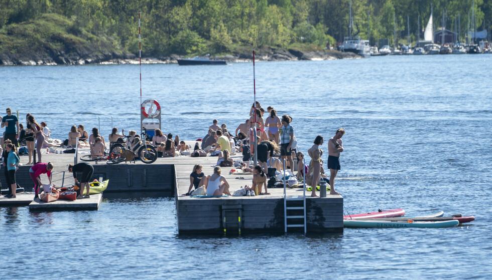 SOL OG SOMMER: Mange brukte dagene etter gjenåpningen ute i sommervarmen. Her fra Sørenga i Oslo sentrum. Foto: Terje Pedersen / NTB