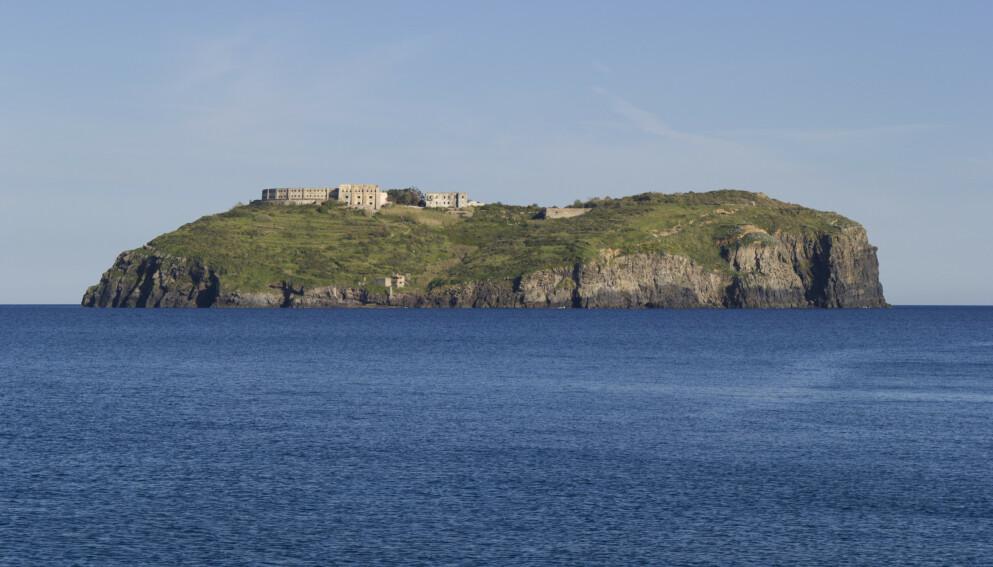 RENOVERES: Den tidligere fangeøya Santo Stefano i Italia skal etter planen bli landets nye turistattraksjon. Foto: Shutterstock / NTB