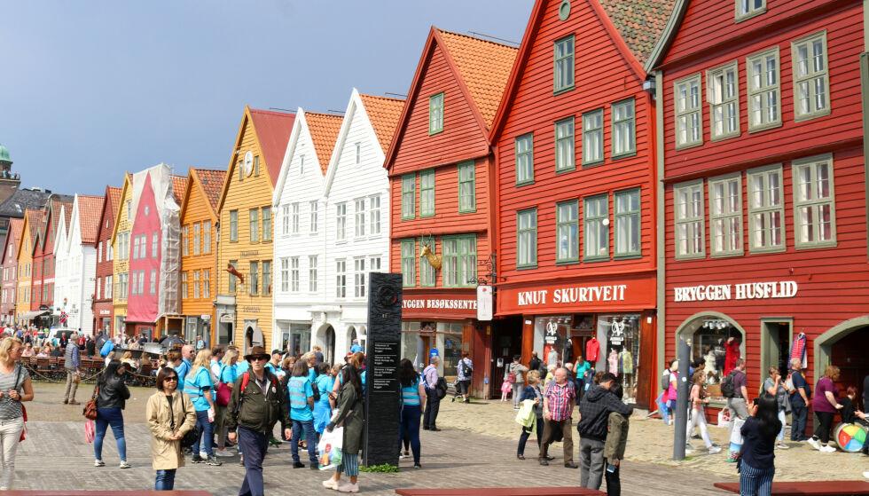 KLAMRER SEG TIL TURISTHÅPET: Kjetil Smørås i De Bergenske krysser fingrene for en solid turistsesong i Bergen - som avbildet her. Inntil videre uteblir imidlertid de internasjonale gjestene. Foto: AP / Brian Witte / NTB