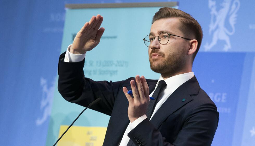 IKKE IMPONERT: Klima- og miljøminister Sveinung Rotevatn mener han sitter i en seriøs regjering og avviser kritikken fra Arild Hermstad (MDG). Foto: Berit Roald / NTB
