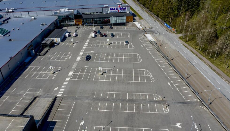 FOLKETOMT: Under normale omstendigheter pleier det å være nær fullstappet på parkeringsplassen utenfor Nordby-senteret. De siste 15 månedene har det vært nær tomt. Foto: Adam Ihse / TT / NTB