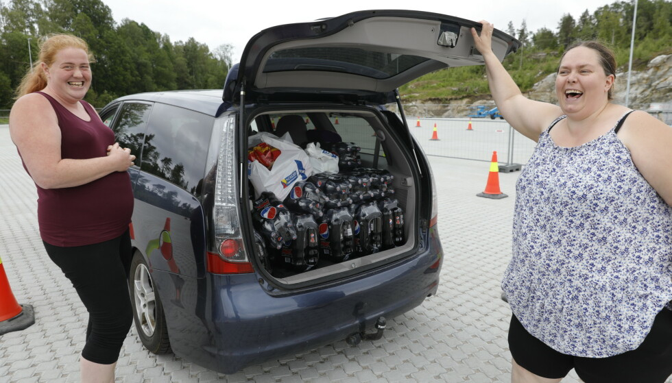 - FEST: Lattermilde viste Solberg (t.v.) og Gulbrandsen fram hva de hadde kjøpt i Strömstad. Foto: Nina Hansen / Dagbladet