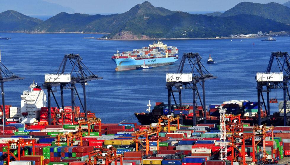 FORSINKELSER: Ved Yantian-havna i byen Shenzhen har den gjennomsnittlige ventetiden på å legge til havn gått fra 12 timer til 16 dager. Foto: Imagine China/REX / Shutterstock editorial / NTB