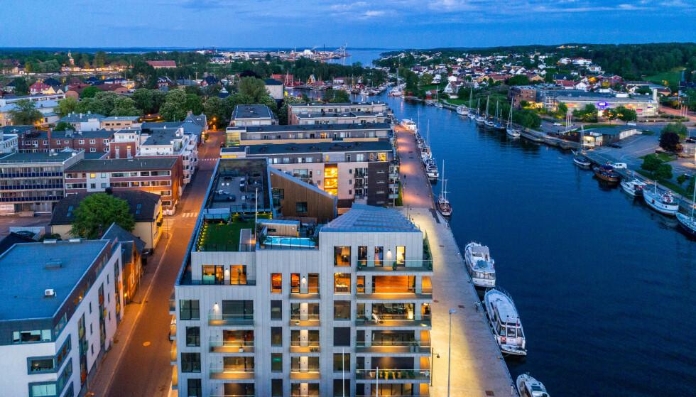 TO PLAN: Leiligheten som ligger i sentrum av Fredrikstad, går over to plan. Fra takterrassen er det panoramautsikt. Foto: Steffen Larsen.
