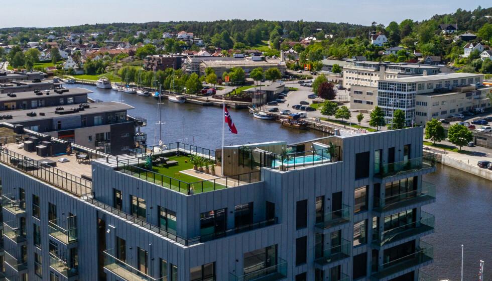 LUKSUS: Toppleiligheten i Fredrikstad, som har en prisantydning på 30 millioner, har både en privat takterrasse og motstrømsbasseng. Foto: Steffen Larsen