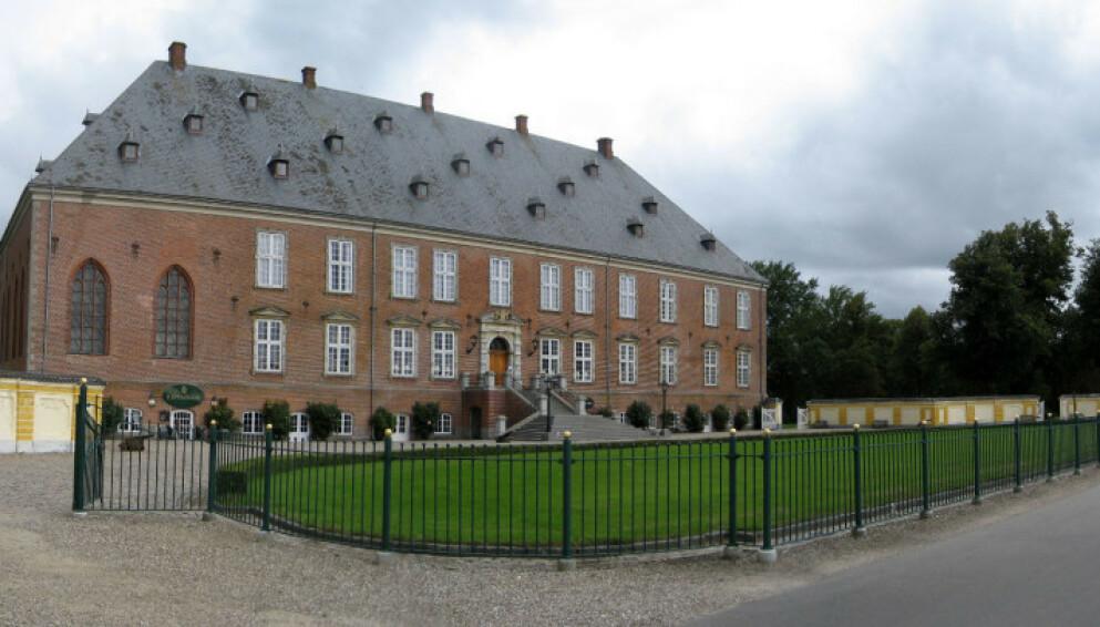 FAMILIESTRID: Slottet, som ble bygget i 1639, har vært i familien til søstrene Caroline Fleming og Louise Iuel Albinus siden 1676. Nå blåser det kraftig rundt veggene til godset. Foto: Andree Stephan / CC 3.0