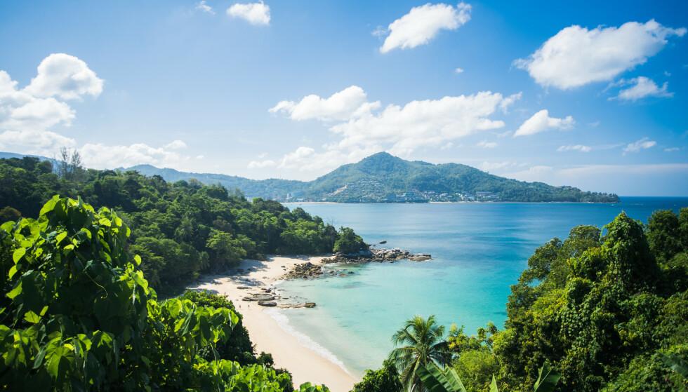 TOMT: Strendene i Phuket er vanligvis stappfull av turister, men etter at pandemien slo til, har både øya og landet slitt voldsomt. Foto: Shutterstock / NTB