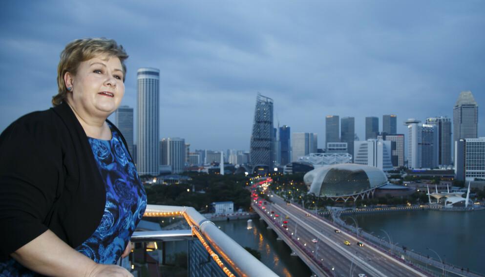 HØYT UTEN LØFT: Statsminister Erna Solberg (H) har promotert norsk næringsliv i utlandet ved flere anledninger, her fra en takterrasse i Singapore under en Asia-reise i 2016. Men noe løft å lese ut av statistikken har det ikke blitt. Foto: Heiko Junge / NTB