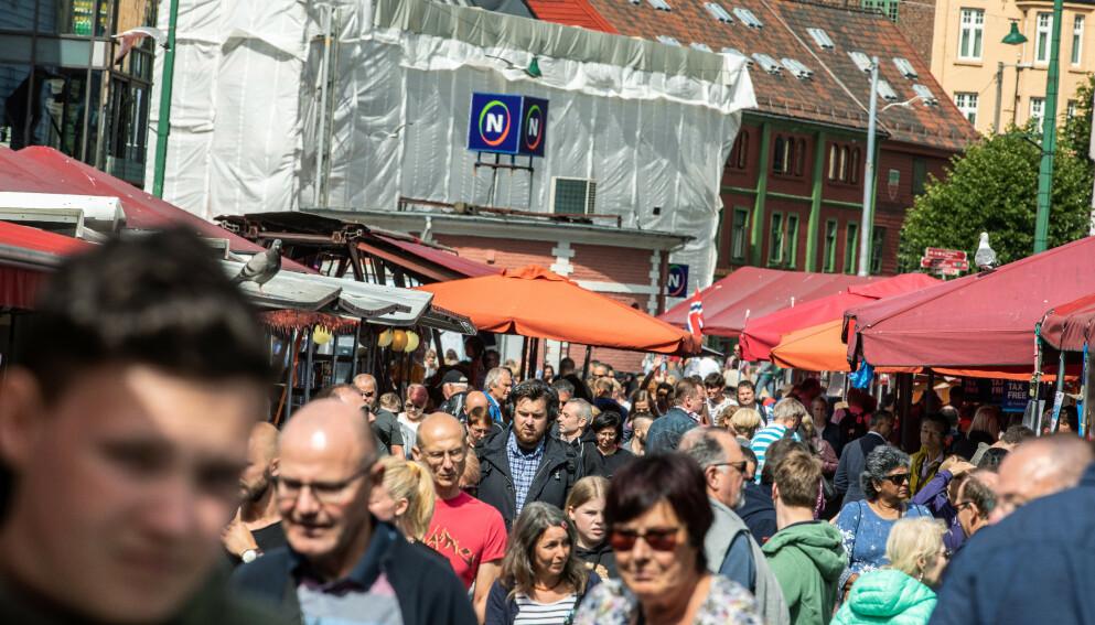 DEN GANG: Turistinnrykk i Bergen den siste sommeren før cornapandemien. Nå roper turistnæringa et nødrop om å få lov til å hente inn nødvendig arbeidskraft fra utlandet. Foto: Eivind Senneset, Dagbladet