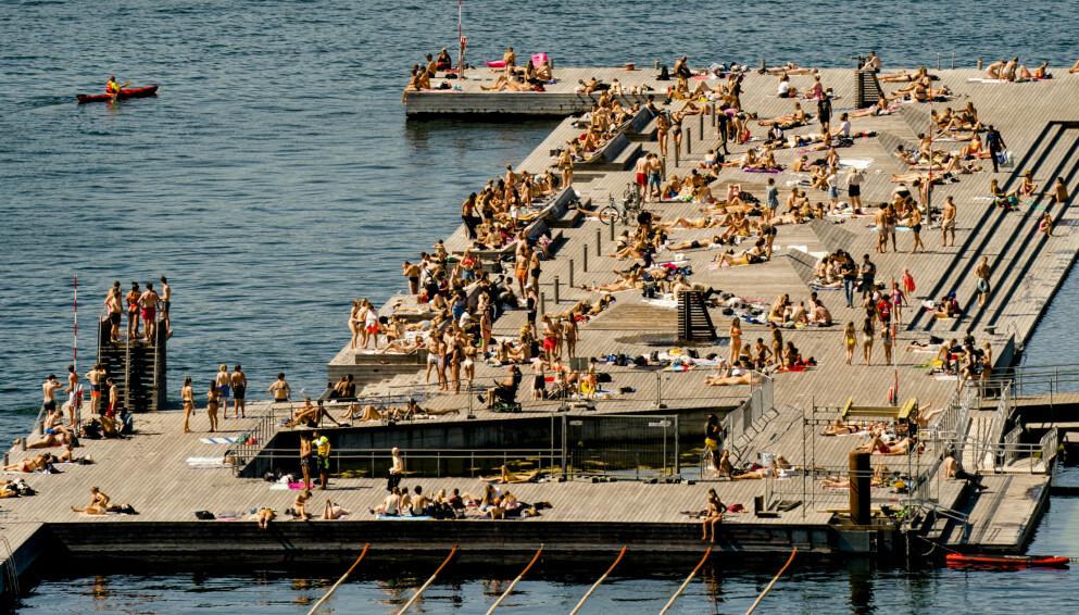 JOBB: Fikk du ikke sommerjobb, er det alltids gratis å hoppe i sjøen. Foto: Stian Lysberg Solum / NTB