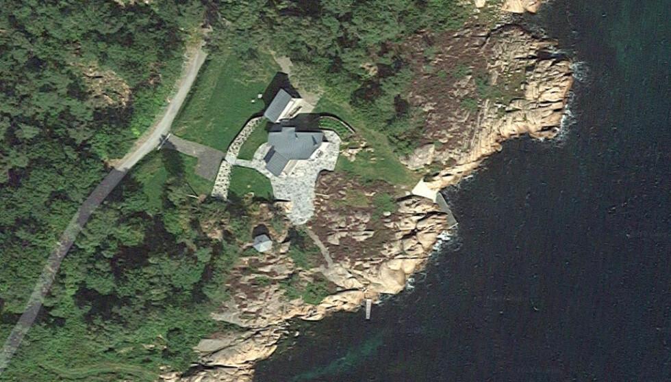 ERSTATTES: Hanne Madsen overtok eiendommen på Hesnes i Grimstad av sine foreldre. Der bygget hun både tennisbane og underjordisk tunnel, uten tillatelse. Nå må utbyggeren erstatte tapet som følge av at anlegget måtte rives. Foto: Google Maps