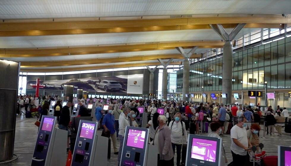 KØ: Slik så det ut i avgangshallen på Oslo Lufthavn klokka 5 lørdag morgen. Foto: Stian Drake / Dagbladet